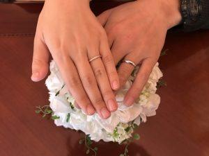 結婚指輪を付ける夫婦