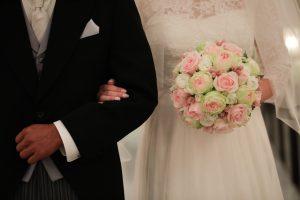 父親と腕を組む花嫁